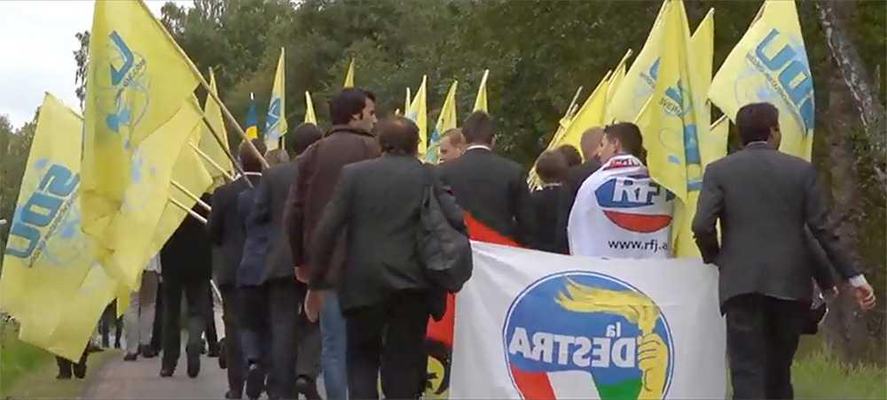 I samband med SDU-kongressen marscherade SDU tillsammans med företrädare för nyfascistiska partiet La Destra. På bilden syns deras logga tillsammans med SDU:s fanor.