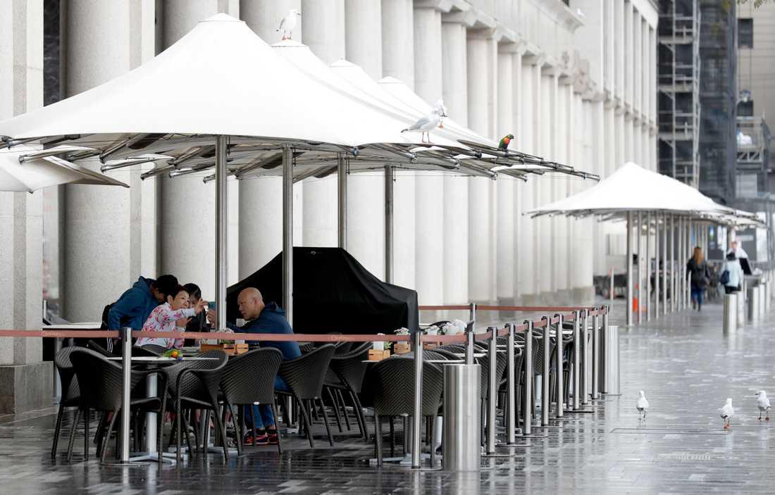 En lunchrestaurang med få gäster i Sydney i mitten av maj. Arkivbild.