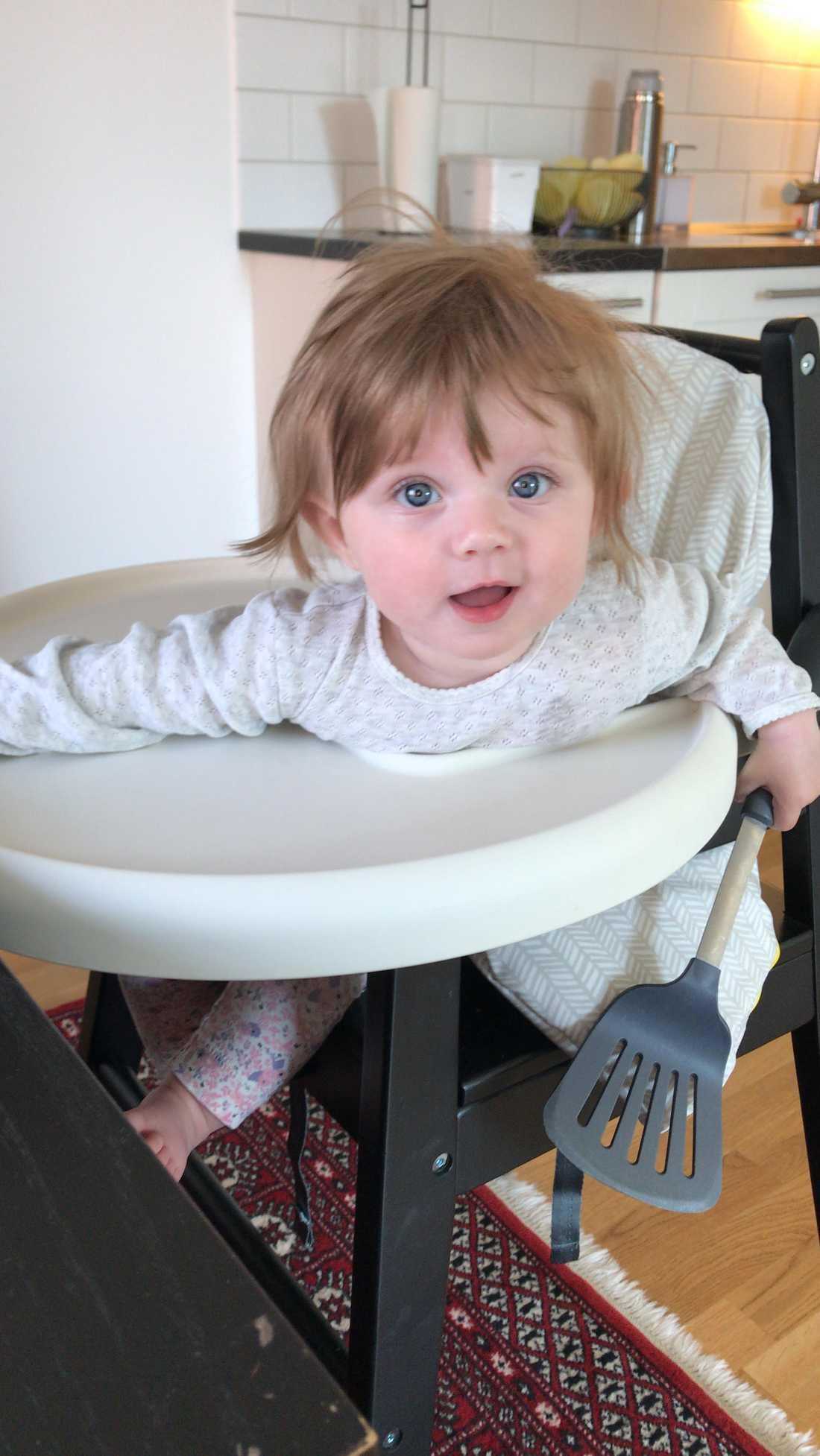 """Mamman Linda Tenerz i Västerås: """"Min dotter Hanna, sju månader, har haft så mycket hår så vi fått klippa det tre gånger redan. Det var ganska mycket när hon föddes i november men det växer verkligen som ogräs""""."""