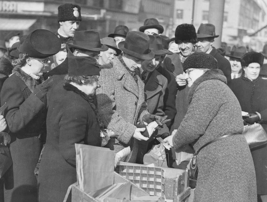Torghandel på Hötorget 1940. Färska ägg inkomna och stockholmarna köar med ransoneringskorten i handen.