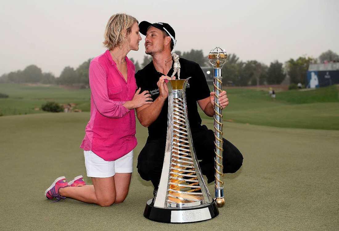 SEGERPUSSEN Henrik Stenson får en kyss av hustrun Emma efter att ha vunnit europatourtävlingen i Dubai och kammat hem drygt 15 miljoner kronor.