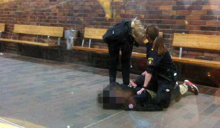 Här grips en misstänkt gärningsman efter skotten i Vårby Gård.
