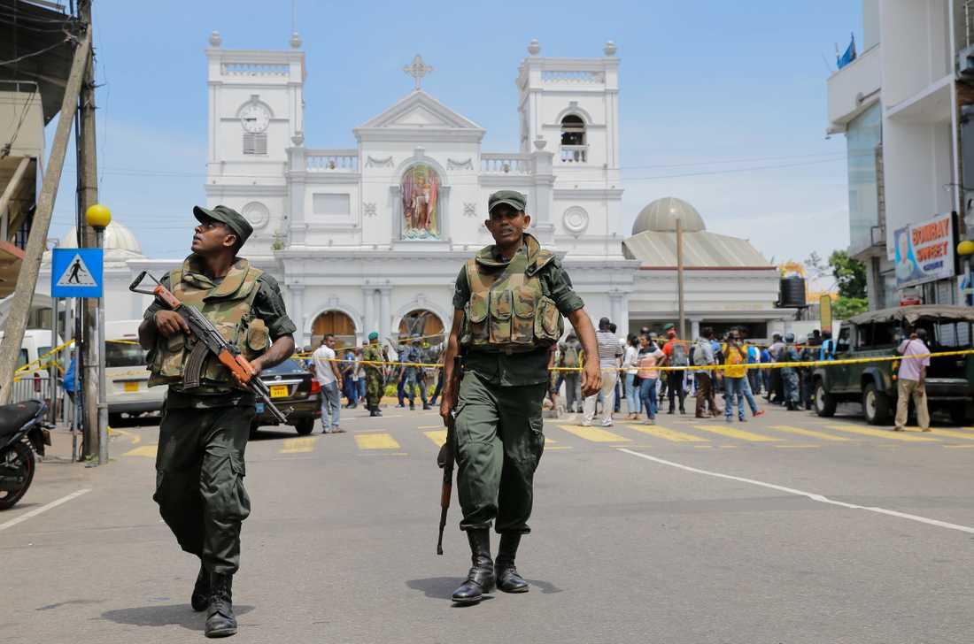 Soldater utanför en av de drabbade kyrkorna i Colombo, Sri Lanka, på söndagen.