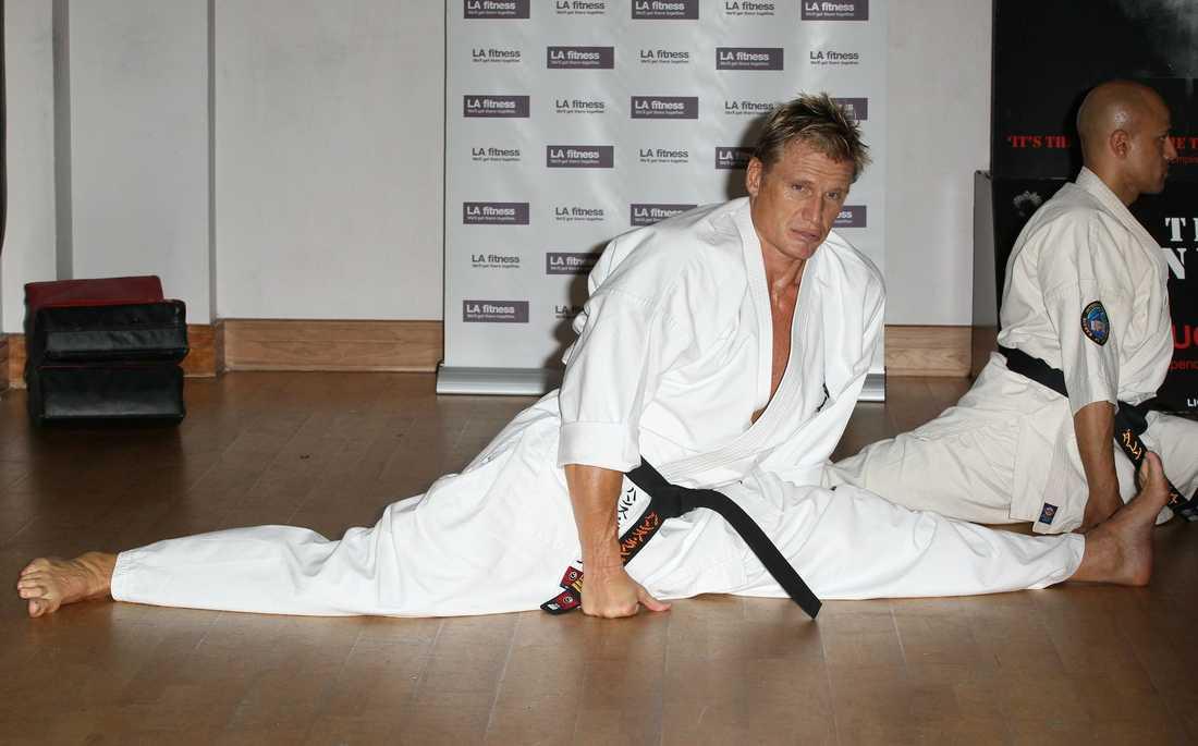 Dolph Lundgren börjar karetepasset med lätt stretching.
