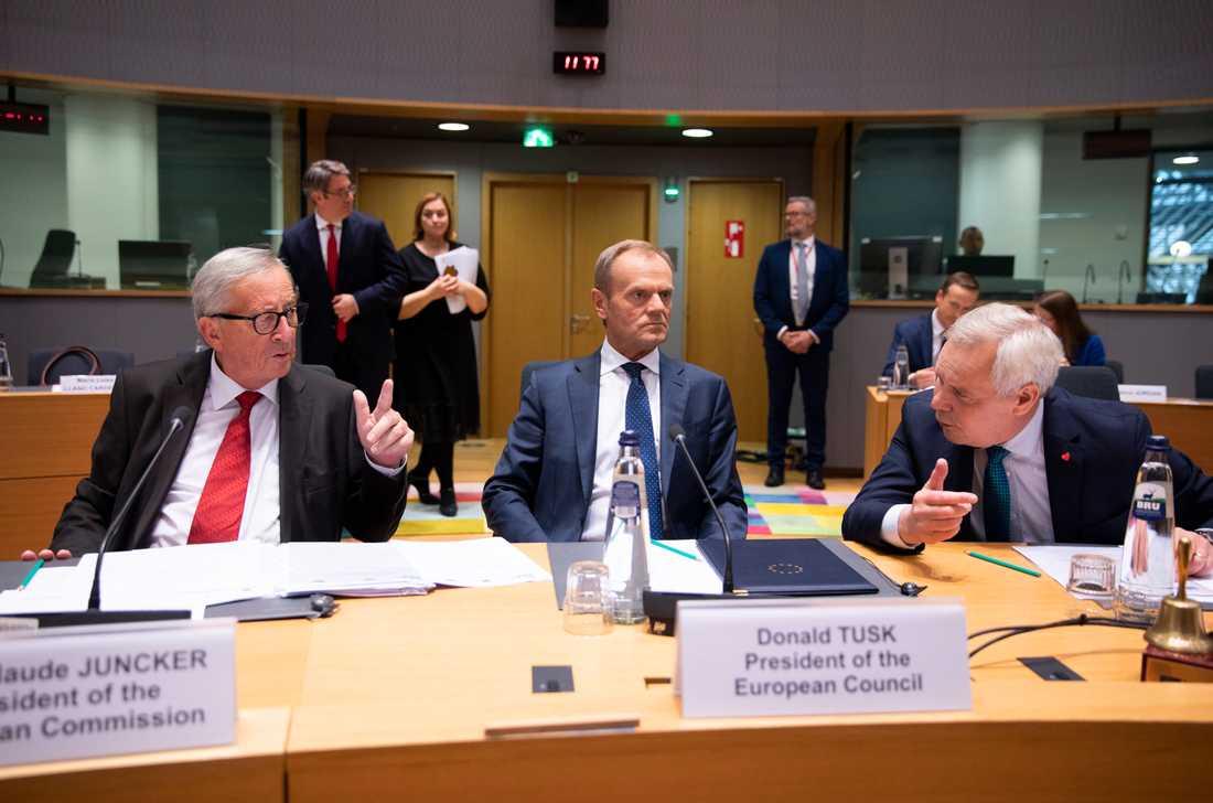 EU:s permanente rådsordförande Donald Tusk i mitten, EU-kommissionens ordförande Jean-Claude Juncker till väsnter och Finlands statsminister Antti Rinne under onsdagens överläggningar. Enligt Tusk kan ett brexitbesked komma senare under dagen. J