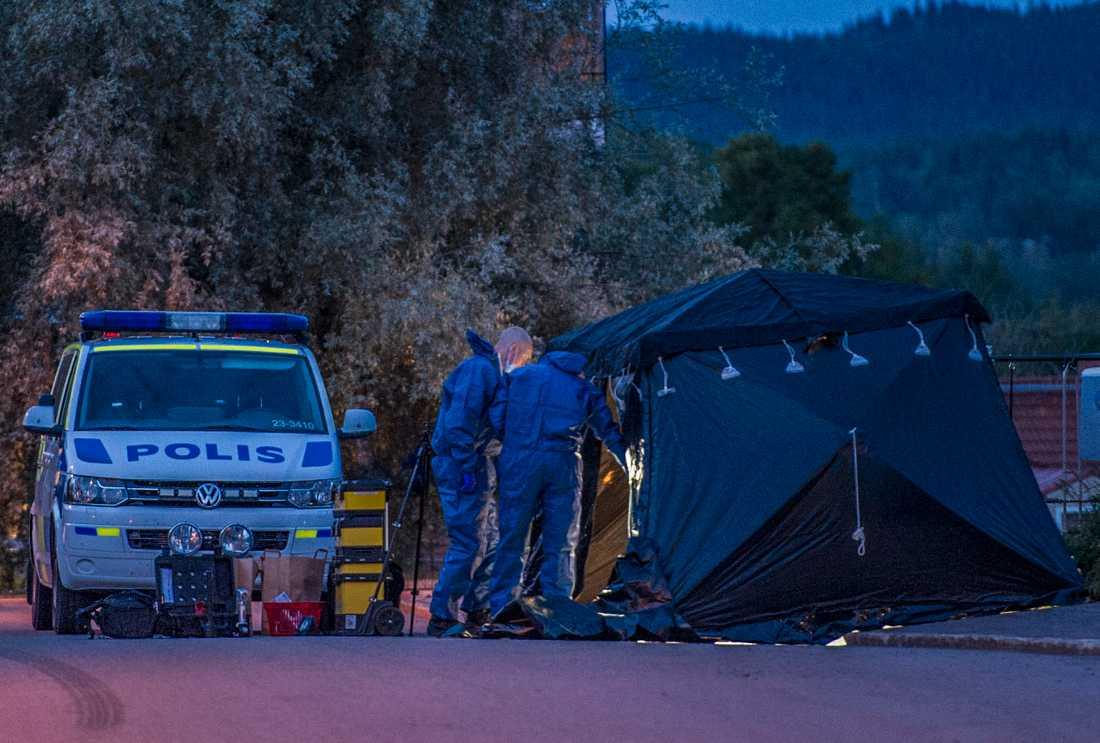 Polisens tekniker på brottsplatsen i Grängesberg.