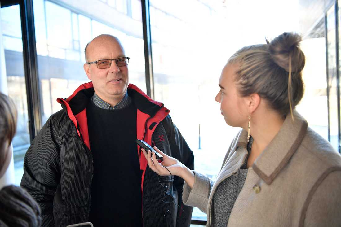 Weine Dahlén, pappa till bröderna som varit misstänkta för mordet på 4-årige Kevin, på väg till åklagarens pressträff i Karlstad.