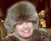 Annika Hellgren, 55, Stockholm – Jag har just köpt min på second hand. Det är äkta päls och jag blev riktigt glad när jag hittade den. Hade en liknande för flera år sedan, men den blev stulen.