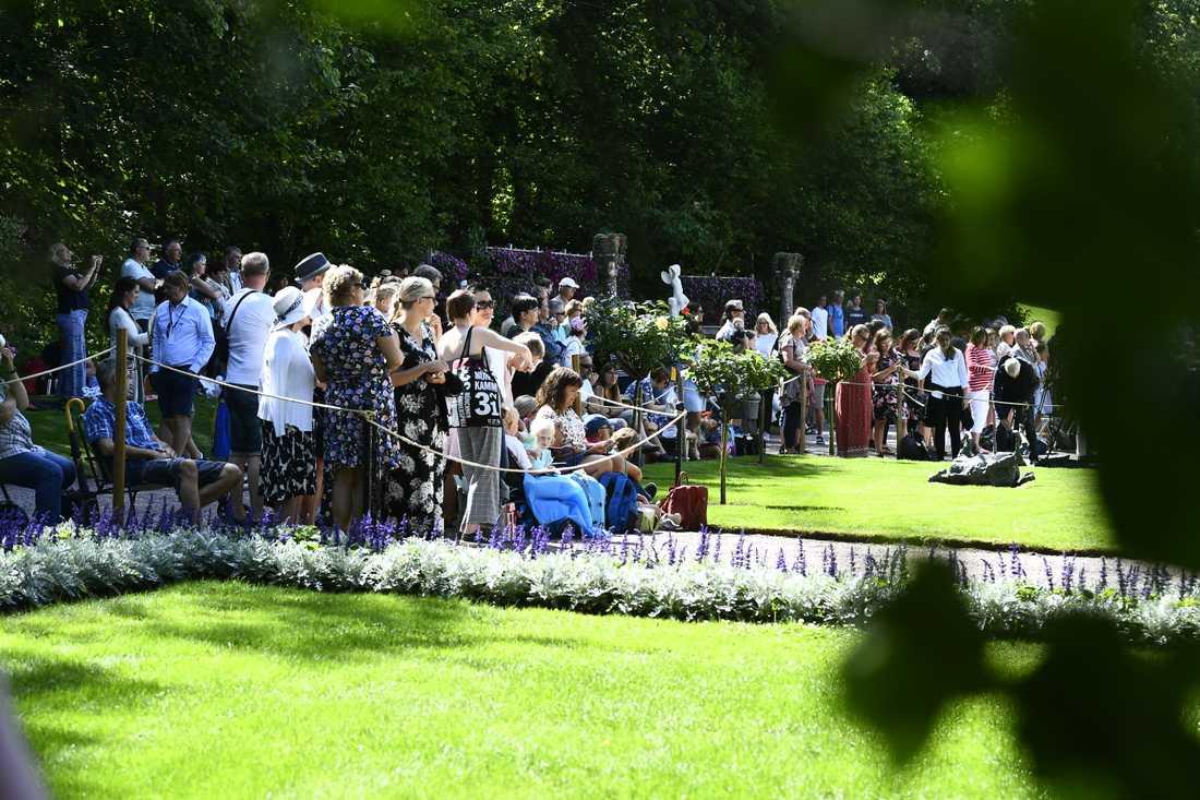Allmänheten väntar tålmodigt på födelsedagsfirandet på Sollidens slott på söndagen, Victoriadagen.
