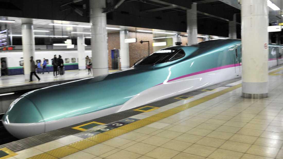 """Det nya Hayabusa-tåget är grönt och silverfärgat med extremt utdragen """"näbb""""."""