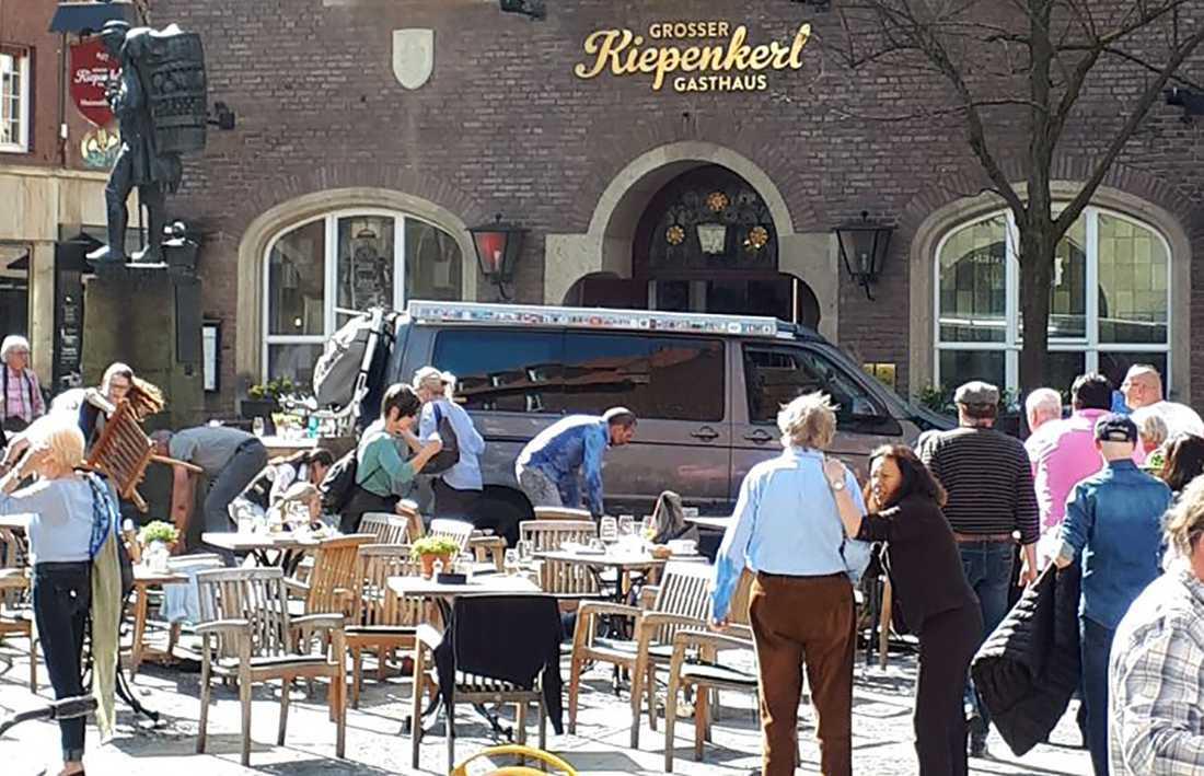 Polisen utgår ifrån teorin att föraren, en 48-årig tysk man, medvetet körde på människorna på uteserveringen.