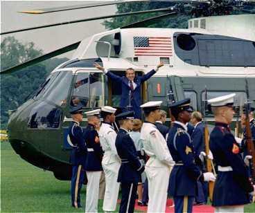 slutet Richard Nixon säger adjö utanför Vita huset den 9 augusti 1974 och lämnar den politiska scenen.