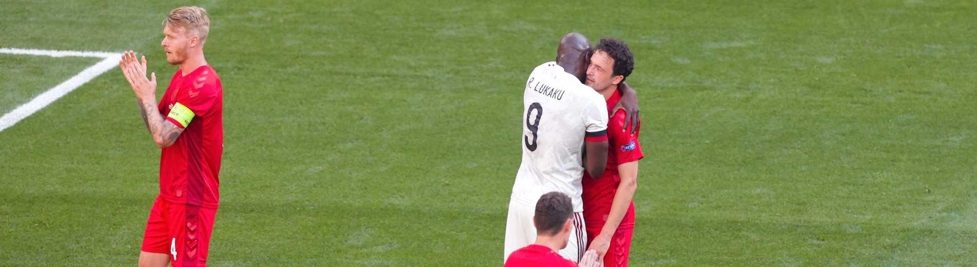 Romelo Lukaku och Thomas Delaney kramar om varandra under hyllningen av Christian Eriksen.