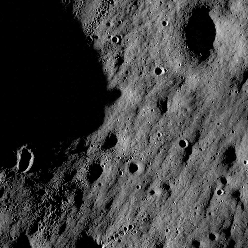 Finns här några värdefulla stenar, tro? Bild tagen av USA:s Lunar Reconnaisance Orbiter 2009.