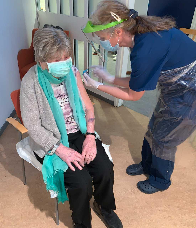 Dagny Carlsson, 108, får en dos vaccin.