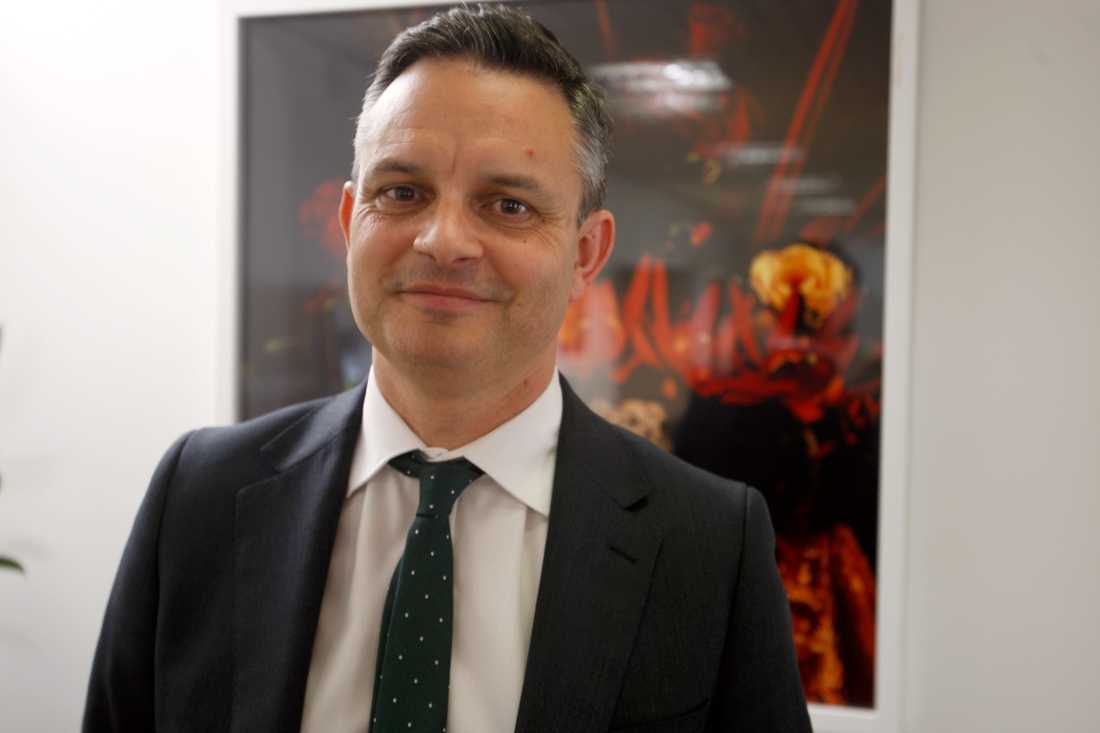 Den nyzeeländske ministern James Shaw inann han fick ett blått öga. Arkivbild.