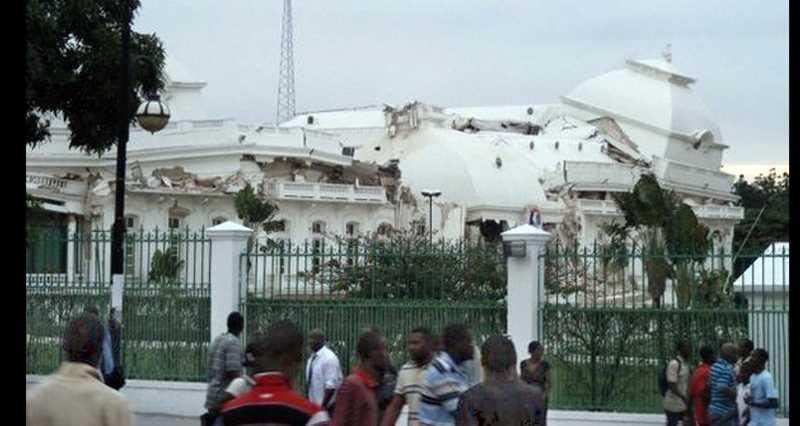 Efter Den här bilden av presidentpalatset har postats på Twitter efter skalvet. Chockade invånare beskådar förödelsen.