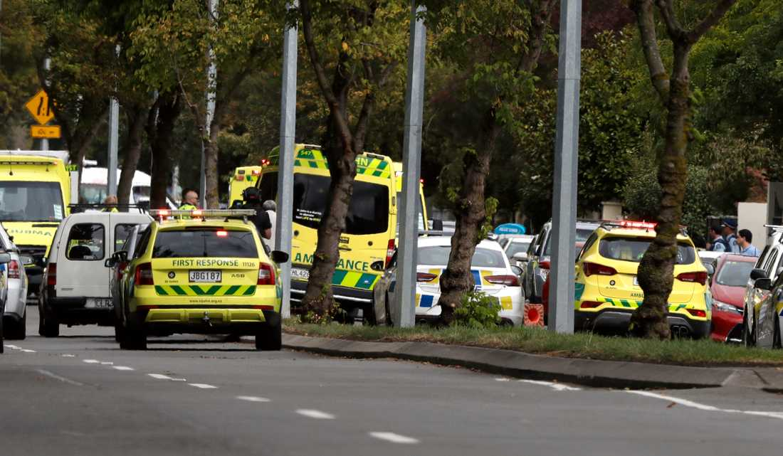 Ambulanser utanför en moské i Christchurch i Nya Zeeland – flera personer uppges ha dött efter skottlossning.