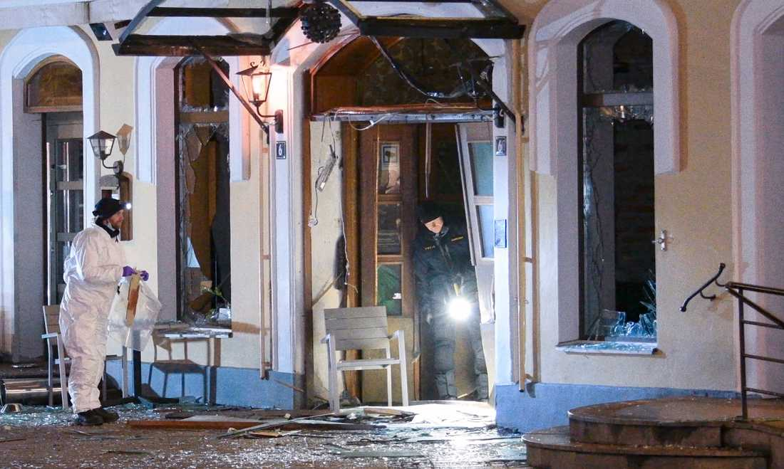 Polisens bomb- och kriminaltekniker undersöker den söndersprängda entrén till en nattklubb på Stortorget i Malmö tidigt på måndagsmorgonen.