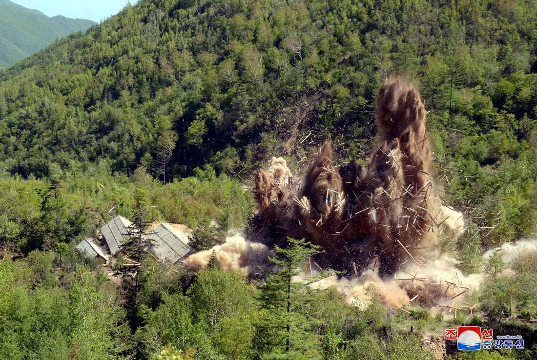 Bilden uppges visa de utlovade sprängningarna på Nordkoreas kärnvapenanläggning.