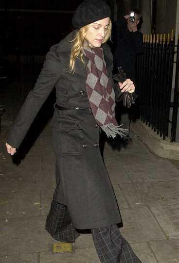 Madonna på väg in i Londons Kabbalah-center.