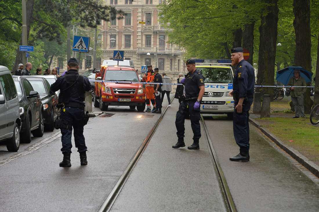 Människor på gatan tvingades ta skydd när gärningsmannen började skjuta.