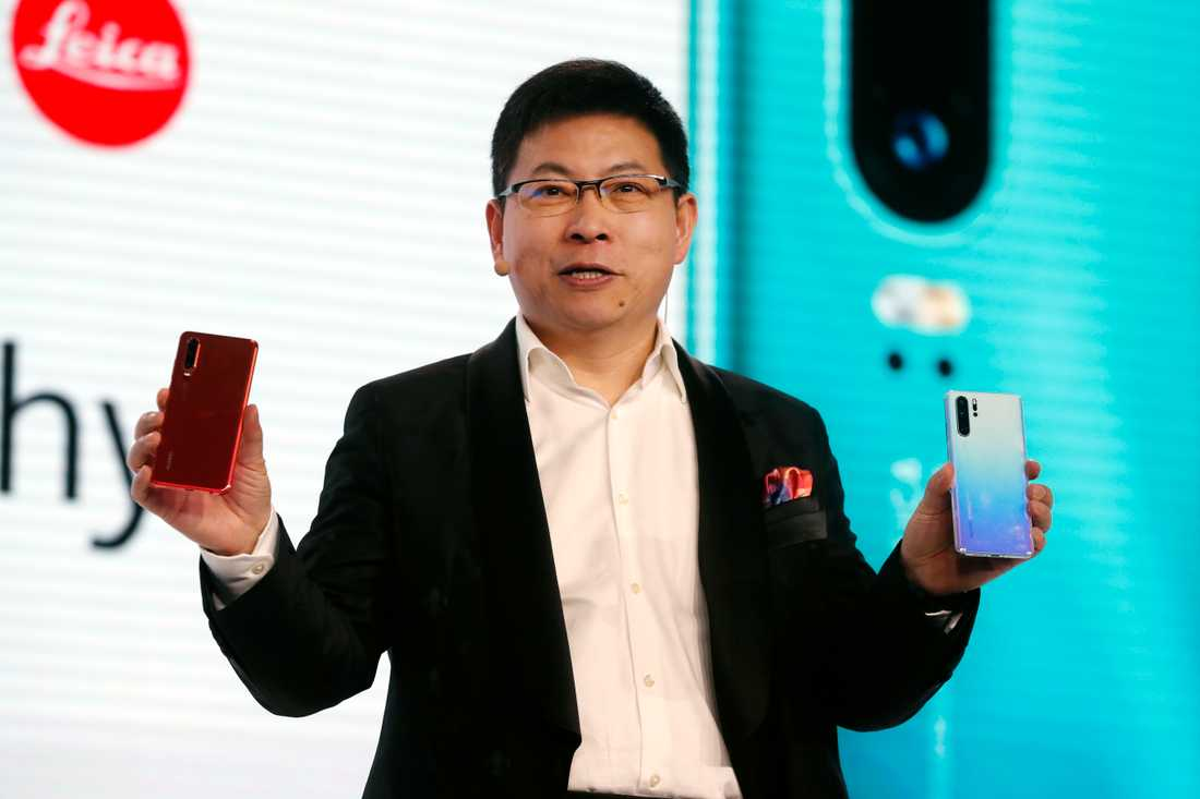 Huaweis vd Richard Yu med nya modellen P30.