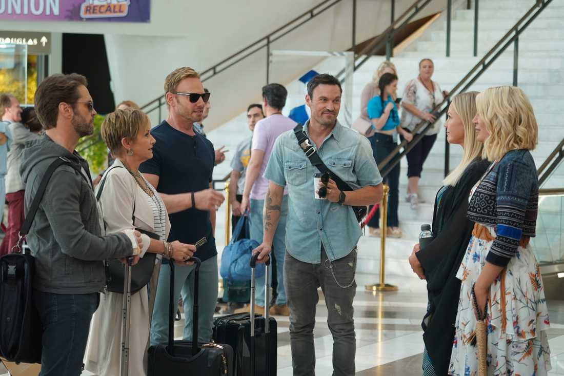 """De möts igen. Jason Priestly, Gabrielle Carteris, Ian Ziering, Brian Austin Green,  Jennie Garth och Tori Spelling spelar sig själva i nya """"BH90210""""."""