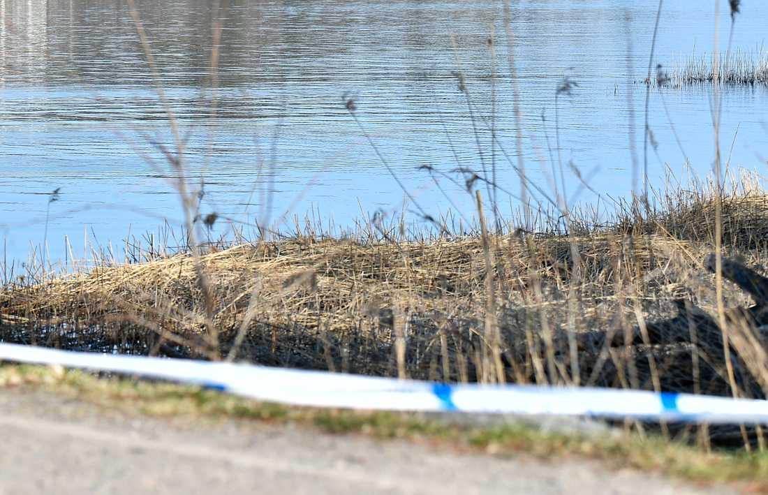 Ett kompisgäng som var ute och fiskade p påskafton upptäckte en död man som låg och flöt i vattnet i Sollentuna.