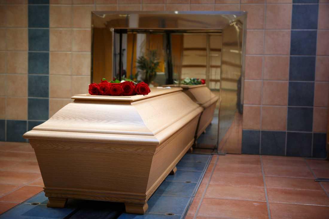 Många av landets krematorier kan inte hantera större kistor. Arkivbild.