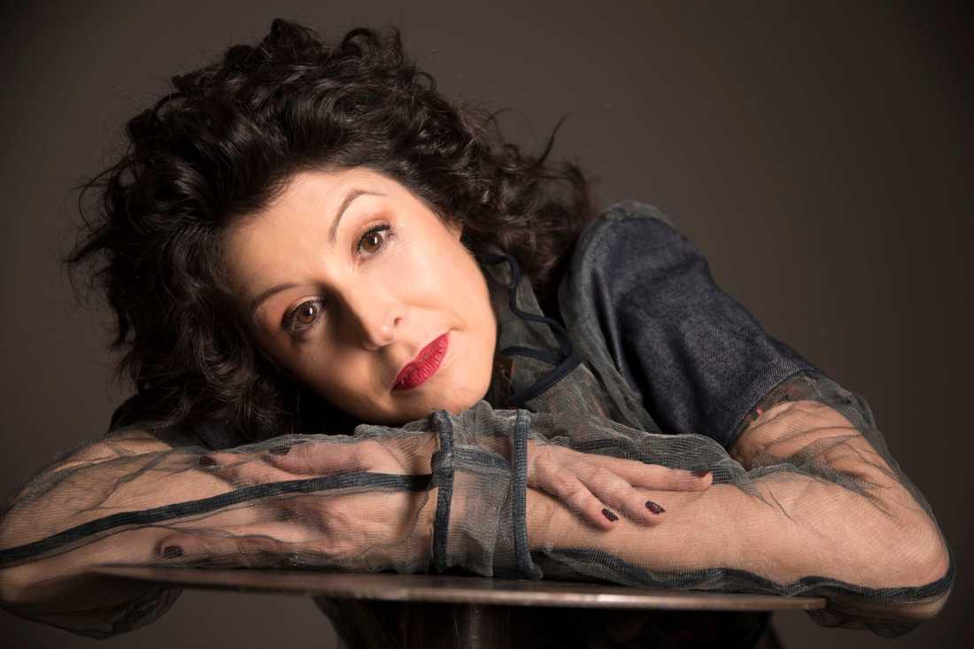 America  Vera-Zavala är dramatiker, författare och debattör.