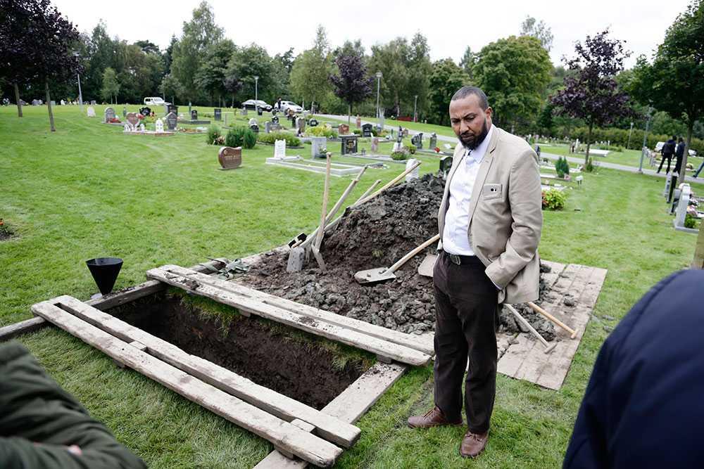 Åttaåringens pappa Abdiwahid Warsame vid Yuusufs begravningsplats.
