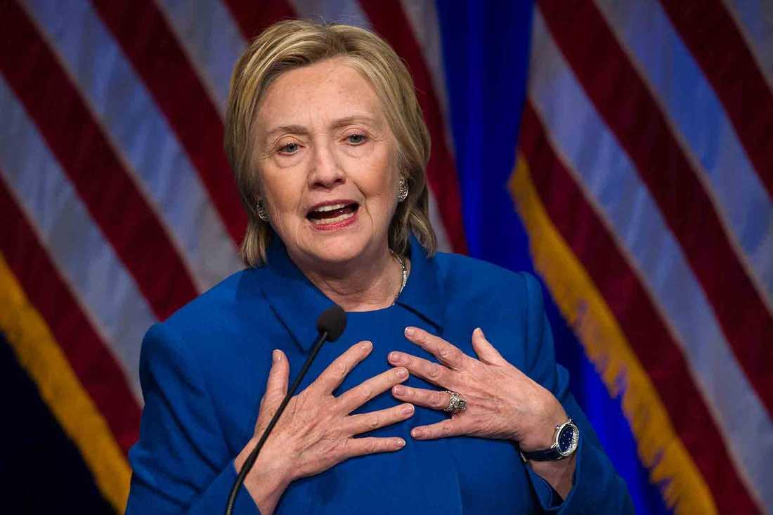 Hillary Clinton har gjort sitt första offentliga framträdande sedan förlusttalet dagen efter presidentvalet.