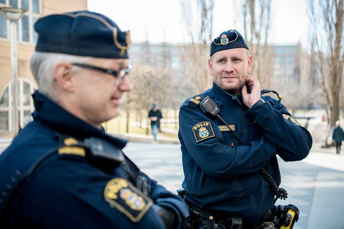 Poliserna Viktor Adolphson och kollegan Niclas Lindqvist.