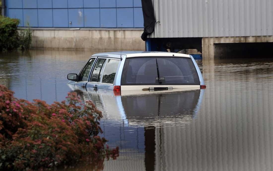 DRÄNKT I VATTEN  När vattenmassorna steg blev det omöjligt för bilister att ta sig fram. Foto: ROGER LUNDSTEN
