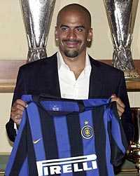 Köps loss. Inter presenterade i dag att Juan Sebastian Veron, som i fjol var utlånad till klubben från Chelsea, stannar i Serie A.