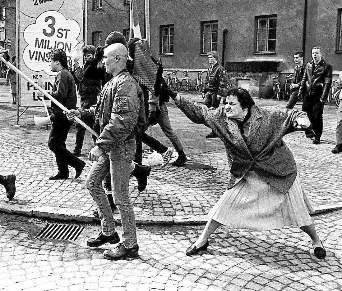 Hans Runessons klassiska bild (här beskuren) från en nazistdemonstration 1985.