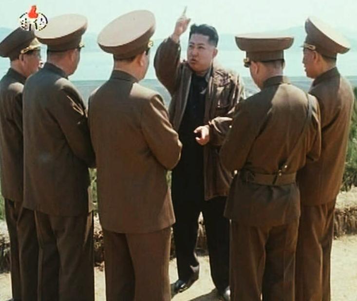 Kim Jong Un pratar med sina undersåtar.