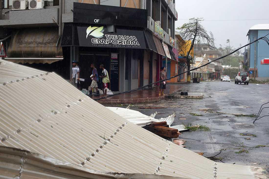 I huvudstaden Port Vila är skadorna tydliga. Nio av tio hus har skadats efter cyklonen Pams härjningar.