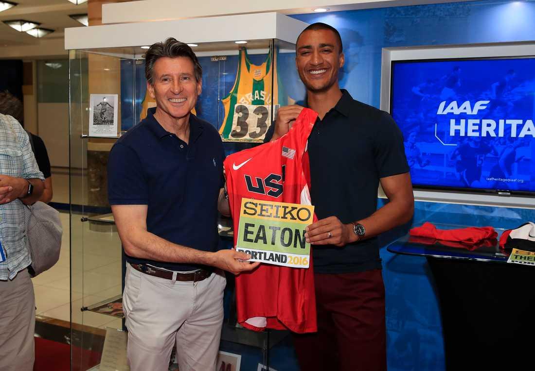 IAAF:s ordförande Sebastian Coe, till vänster, tillsammans med Ashton Eaton.