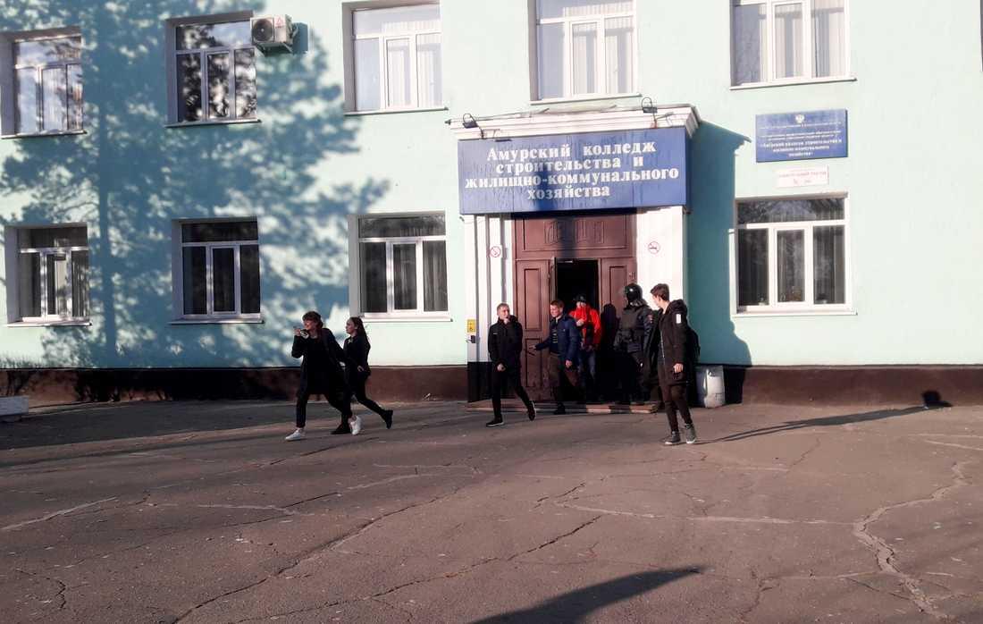 Studenter lämnar högskolan i ryska Blagovesjtjensk i samband med skjutningen.