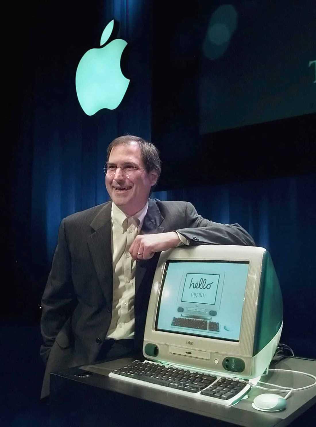Ny Steve Jobs hänger nonchalant på sin nya skapelse: Imac. Året är 1999.