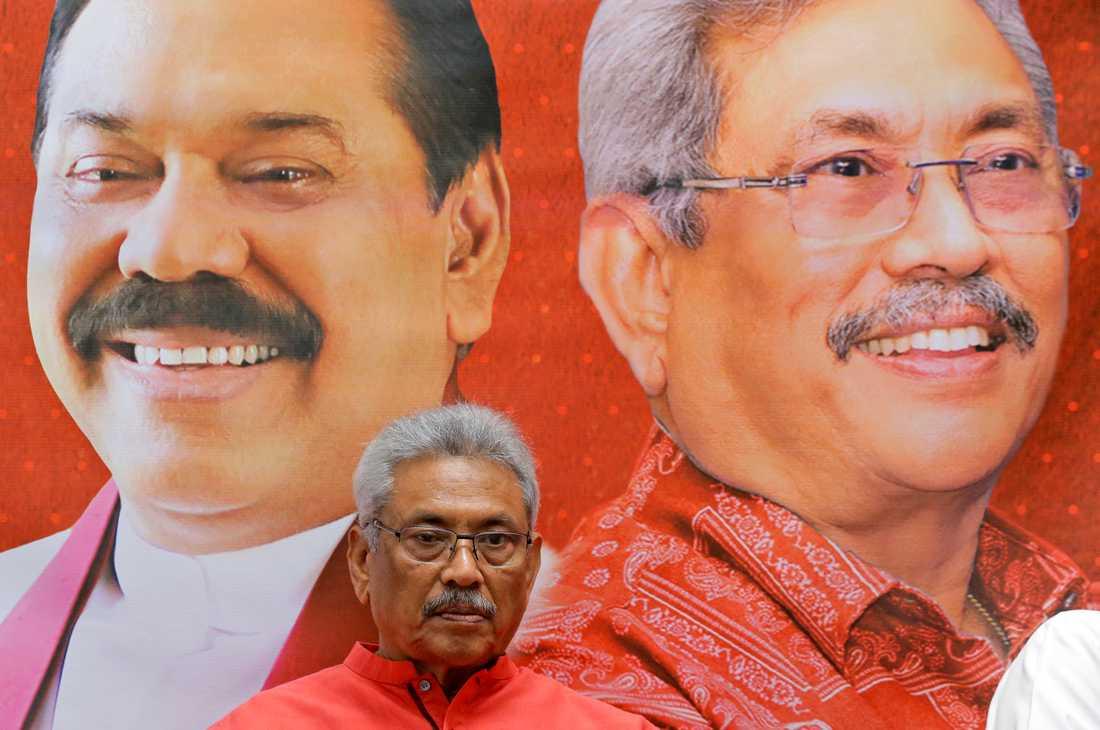 Gotabaya Rajapaksa, som vann presidentvalet, framför en affisch med porträtt på honom och hans bror Mahinda Rajapaksa. Arkivbild.