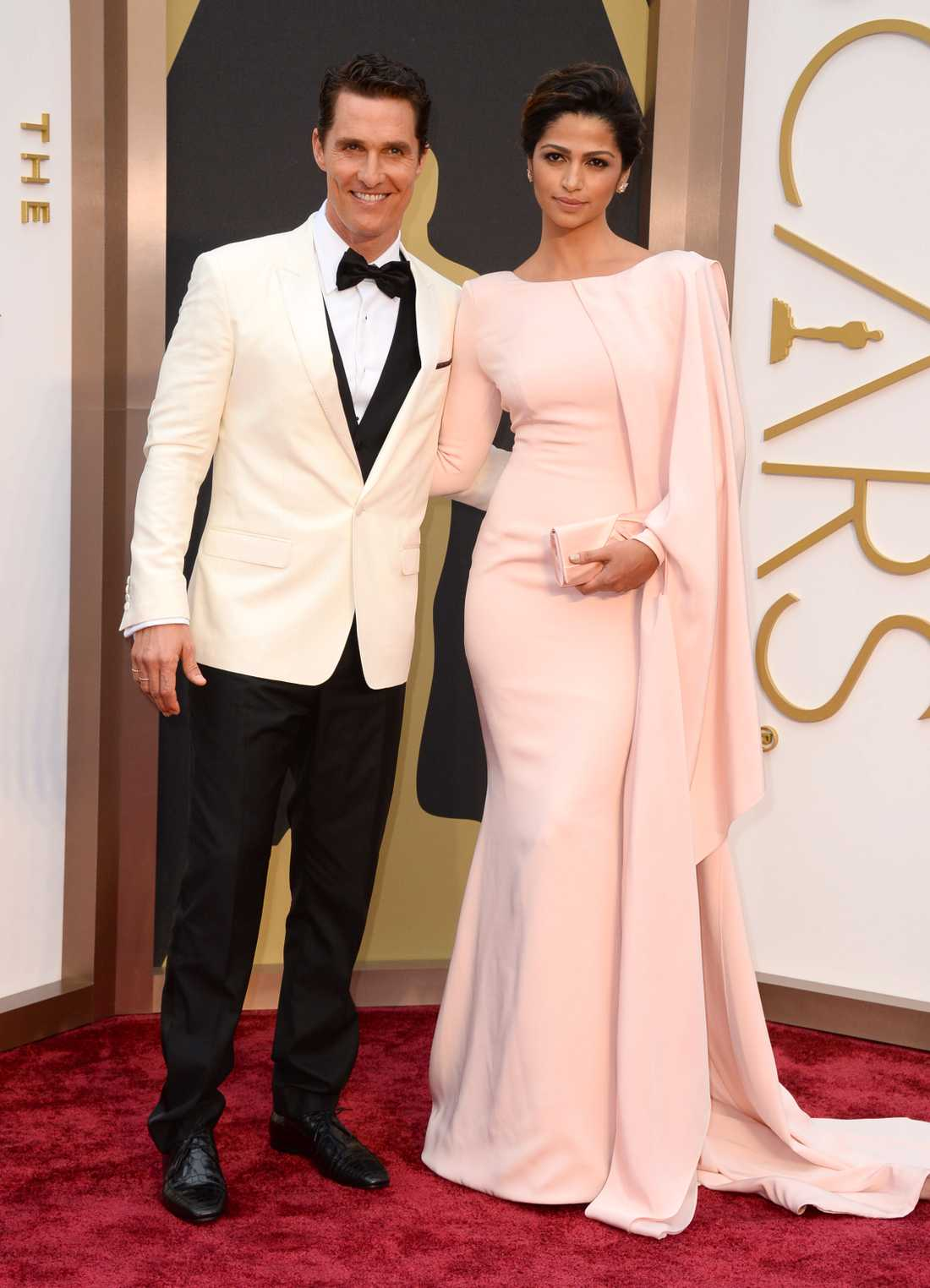 """+++ / ++++ Camila Alves och Matthew McConaughey: """"Uppfriskande med någon som i stort sett inte visar någon hud alls. Ovanligt och snyggt på Camila från Gabriela Cadena! Kul att man kan sticka ut även åt det hållet. Jag tippade att om någon ska ge Leo Di Caprio en match på röda mattan så vore det denne elegante herre! Kul att han valde vitt istället för traditionellt svart, oerhört classy och dessutom trendigt!"""""""