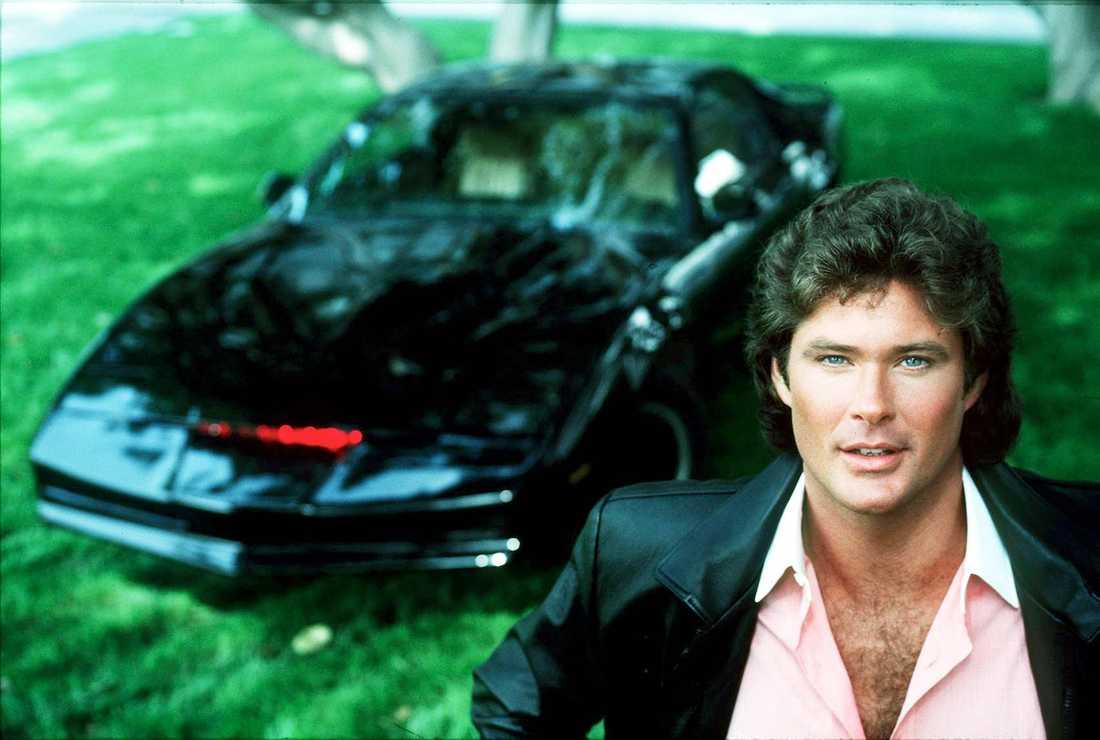 """David Hasselhoff som Michael Knight i """"Knight Rider"""". Bilen i bakgrunden? En talande Pontiac Firebird Trans Am vid namn K.I.T.T och Knights ständige följeslagare i tv-serien."""