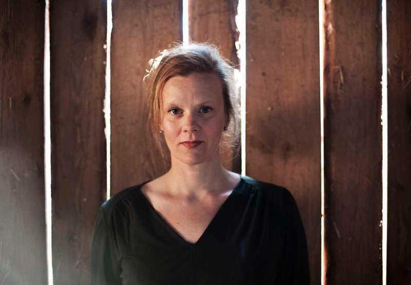 Gertrud Hellbrand (född 1974) överraskar med en myllrande släktkrönika i nya romanen.