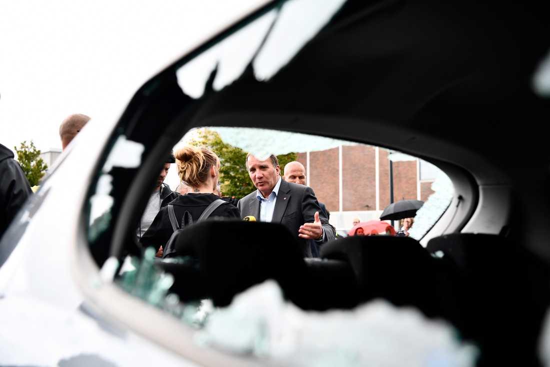 Statsminister Stefan Löfven besökte Frölunda torg på tisdagens efter gårdagens många bilbränder.