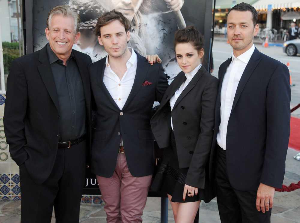 Stewart och Sanders poserat tillsammans med producenten Joe Roth och skådespelaren Sam Claflin under en av filmens premiärfester.