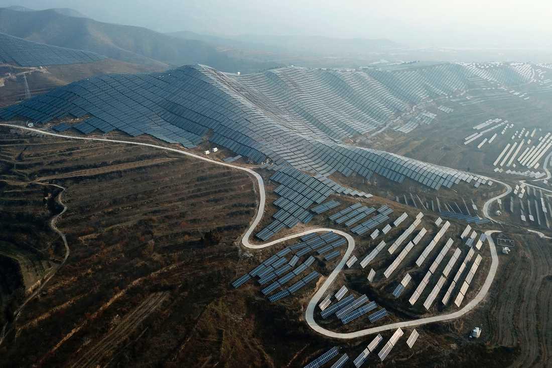 Kinesisk solkraftanläggning. Landet satsar stort på förnybar energi – och är samtidigt världens största finansiär av ny kolkraft.