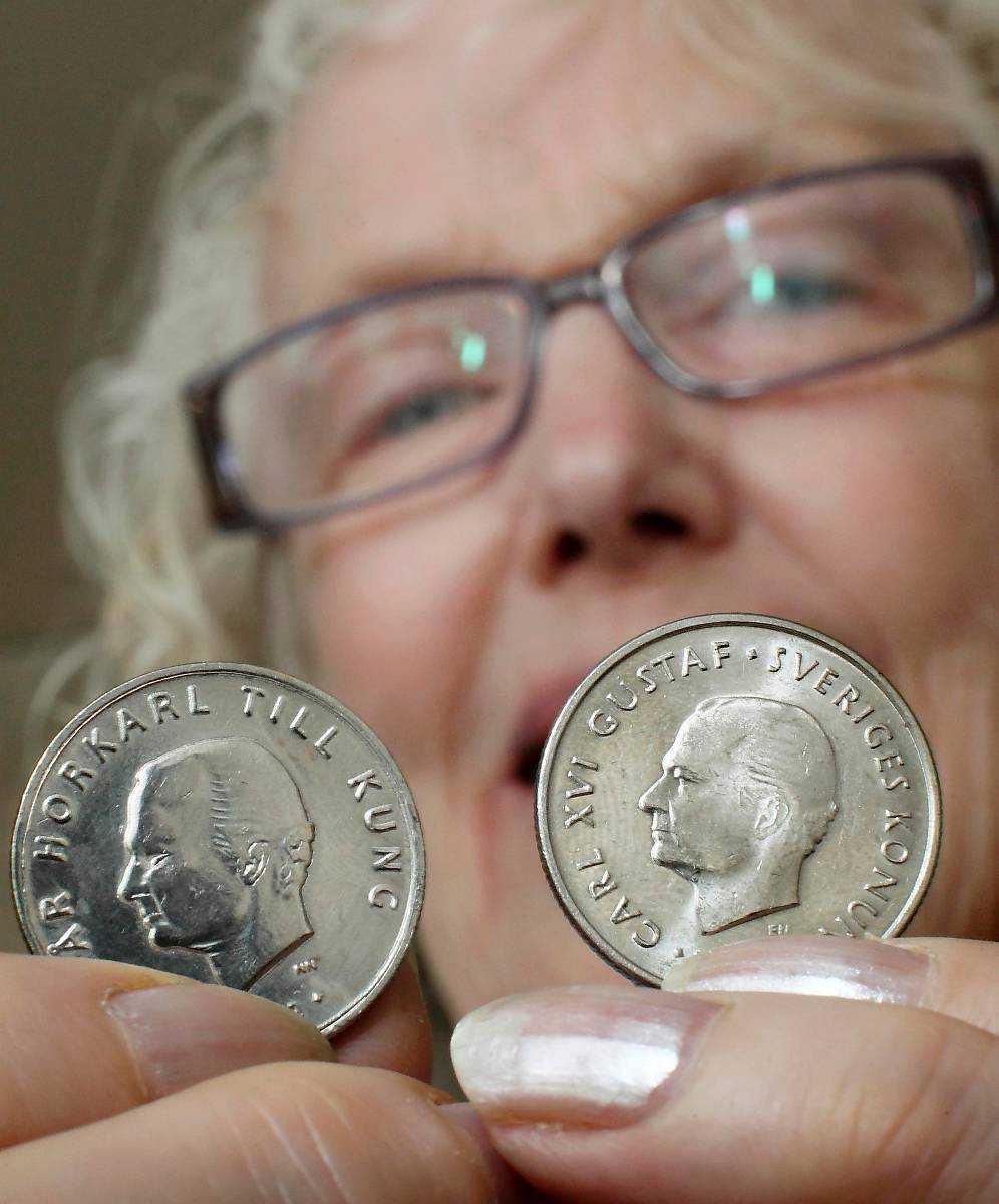 """Konstig kosing Karin Mattsson, 72, från Piteå påstod sig vara en av de svenskar som råkat få de falska mynten med texten """"Vår horkarl till kung"""" i sin plånbok. Senare visade det sig att hon är konstnärens mamma."""